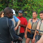 Brief des guides touristiques avant l'excursion en pirogue transparente