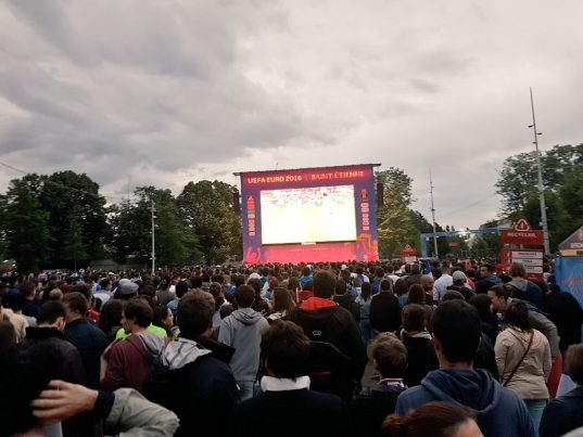 Les supporters des Bleus à la Fan Zone à Saint-Etienne / Photo ville de Saint-Etienne (Twitter)