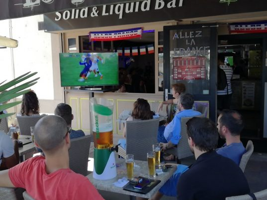 Le match France-Pérou, dans un bar à Roanne, le 21 juin 2018. Crédit photo : activradio.com